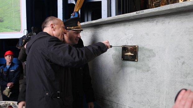 Владимир Середохо (слева) и Владимир Тряпичников на закладке тральщика проекта 12700