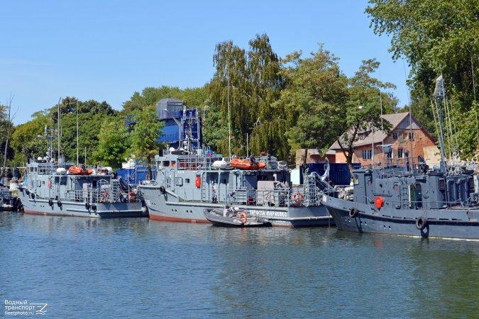 Лодки с подвесными моторами на крышах надстроек катеров проекта 23040