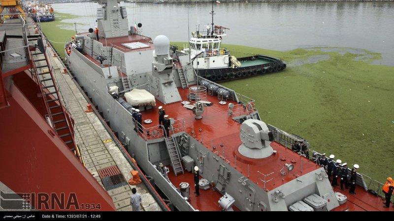Лодка с подвесным мотором на борту российского корабля во время визита в Иран