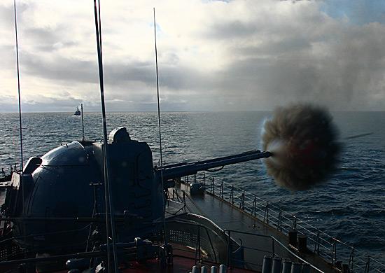 Артиллерийские стрельбы корабля